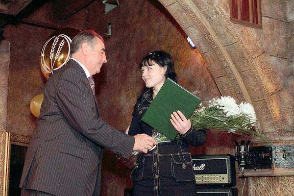 Губернатор Олег Богомолов вручает цветы