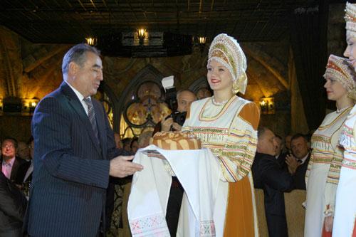 Губернатору Олегу Богомолову вручают зауральский каравай