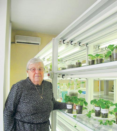 кандидат сельскохозяйственных наук Гаина Кузьмина в научной лаборатории